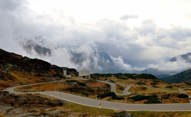 San Bernardino Pass Швейцария Ни один, даже самый опытный водитель мира не заскучает на непредсказуемых поворотах этой альпийской трассы. Тесные и узкие тоннели неожиданно сменяются широкими участками, небольшие деревушки возникают из тумана и Альпы, во всей своей величественной красоте, полностью захватывают путешественника.