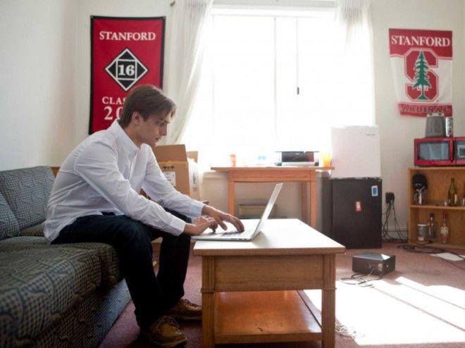 Джесси Леймгрубер работает на ноутбуке в комнате Griffin 304